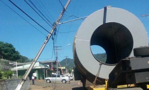 Caminhão derruba fiação elétrica no centro de Bituruna