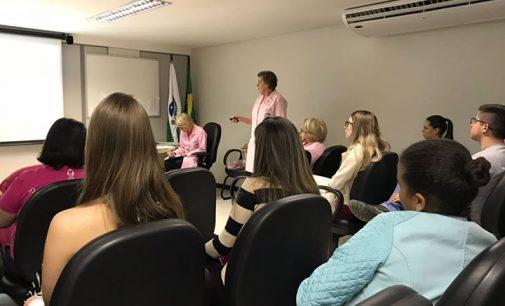 Mulheres do Cejusc recebem orientações do Outubro Rosa