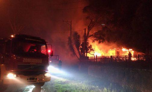Incêndio destrói casa na divisa de Porto União com União da Vitória