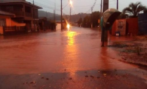 Rio Palmeirinha transborda e alaga centro de Cruz Machado