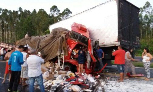 Caminhão de Porto União se envolve em acidente na BR 376