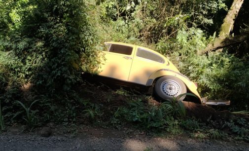 Fusca sai de pista na estrada do Legru em Porto União