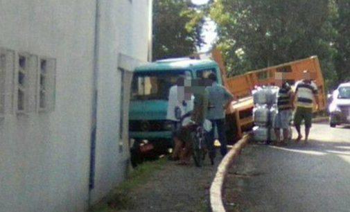Caminhão sai de pista no acesso da Ponte de Ferro