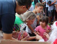 """Crianças recebem doces no encerramento da ação: """"Magia de Natal"""""""