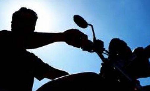 Motoqueiro quase atropela duas crianças no Sagrada Família