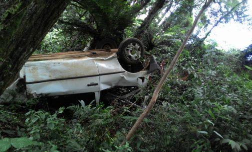Veículo sai de pista e capota no interior de Porto União