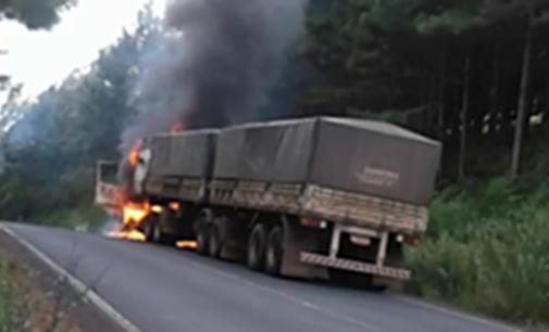 Caminhão pega fogo na PR 170 em Bituruna