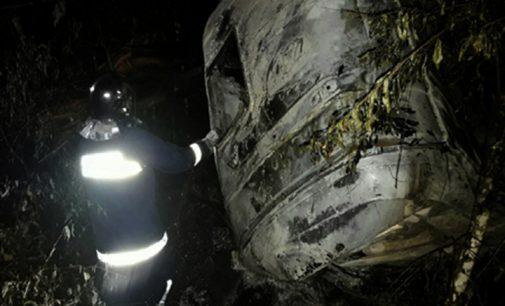 Caminhão sai de pista e pega fogo na BR 153