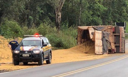 Caminhão tomba na BR 476 em Paula Freitas