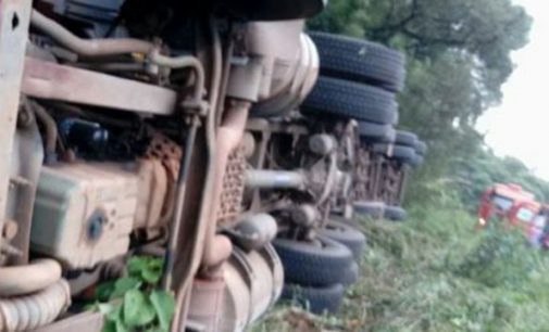 Motorista passa mal e tomba caminhão na BR 153