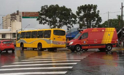 Mulher é atropelada por ônibus