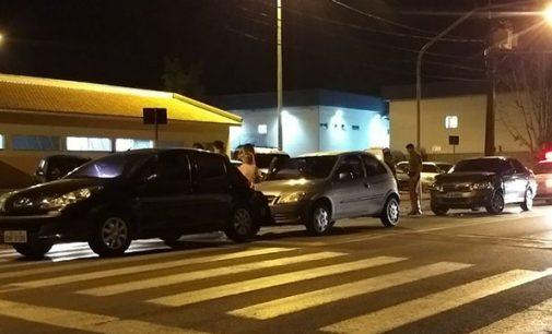 Acidente envolve três veículos no centro de UVA