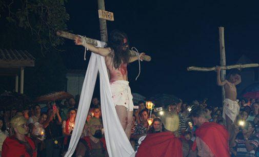 Teatro da crucificação de Jesus emociona fiéis em Porto União