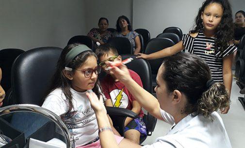 Cejusc viabiliza distribuição de óculos para crianças do bairro Limeira