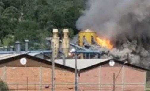 Incêndio destrói silo de pó da empresa Thomasi