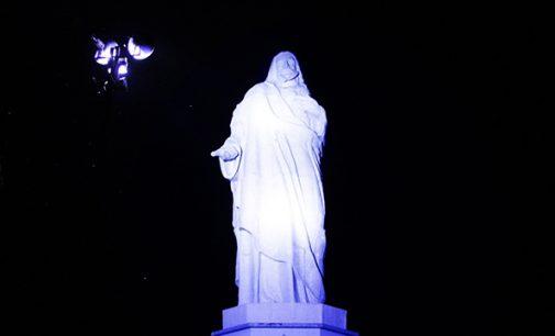 Conscientização sobre Autismo, ilumina Cristo de azul