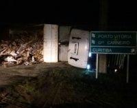 Caminhão tomba na Autovia João Reolon