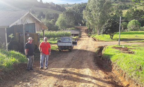 Estrada Treze de Outubro em Matos Costa recebe melhorias