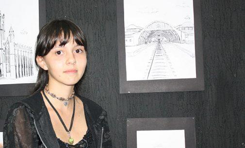 Jovem Ana Paula Bindi, abre exposição em UVA