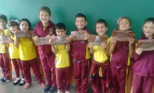 Projeto Jogando Limpo entrega sacolas para alunos de Bituruna