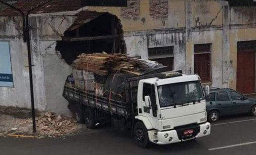 Caminhão danifica imóvel no centro de Porto União