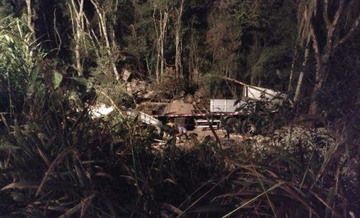 Caminhão sai de pista na BR 153 na Serra do Leão