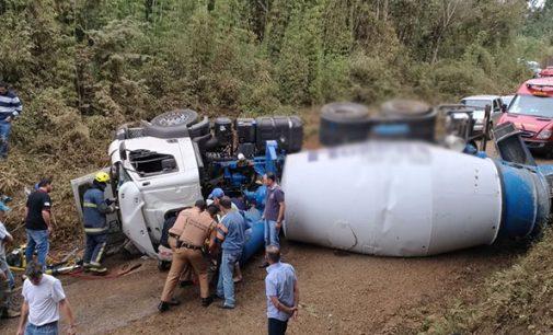 Caminhão tomba na estrada do Pinaré em União da Vitória