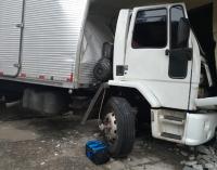 Caminhão colide com garagem de estabelecimento comercial em PU