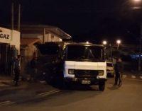 Homem furta caminhão e bate veículo ao fugir