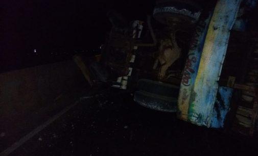 Caminhão tomba na BR 476 no trevo de Paulo Frontin