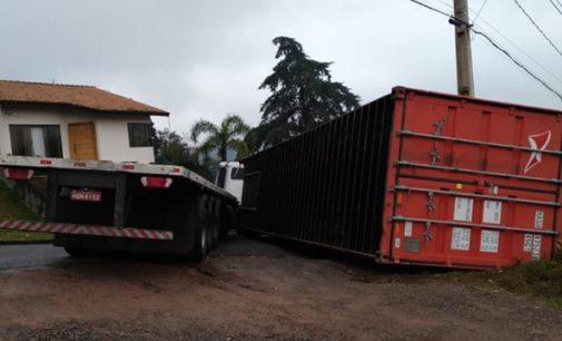 Container cai de caminhão no bairro Ouro Verde