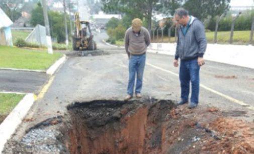 Distrito de Santa Cruz do Timbó começa a receber asfalto