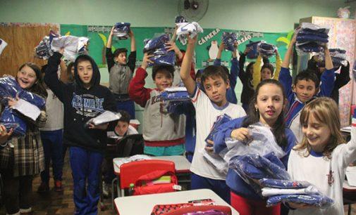 Prefeitura de UVA entrega uniformes para alunos