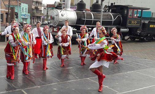 Grupo Kalena se apresenta na praça do Contestado