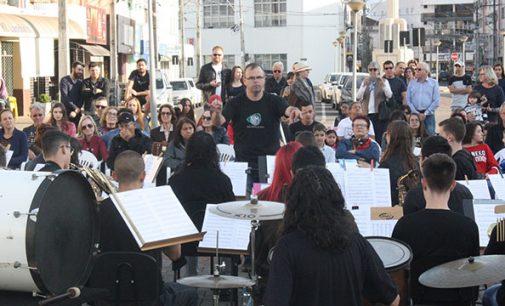 Instituto SIM faz ensaio na praça Hercílio Luz