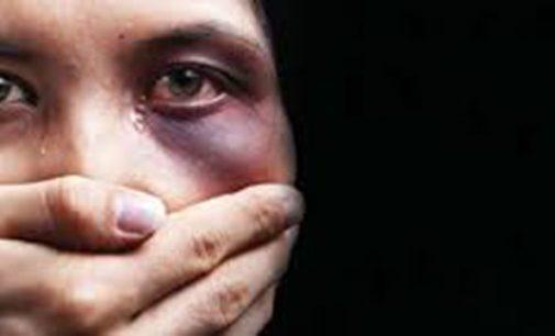 Populares ajudam mulher, vítima de agressão, na BR 153