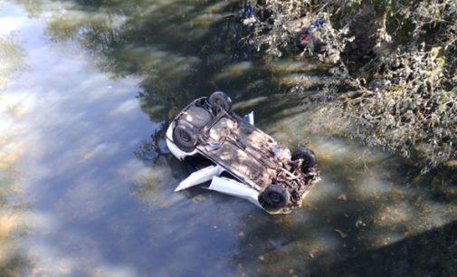 Veículo sai de pista e cai dentro de rio em Porto União