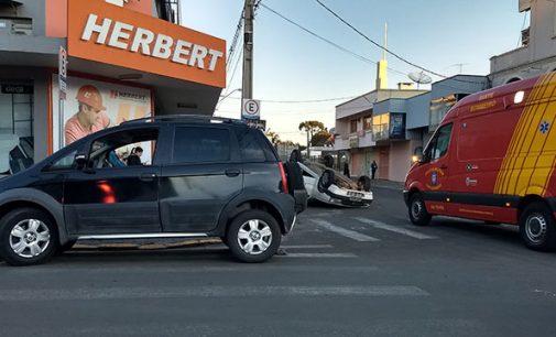 Após colisão veículo capota no centro de União da Vitória