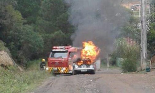 Incêndio destrói VW Fusca no bairro Vice King