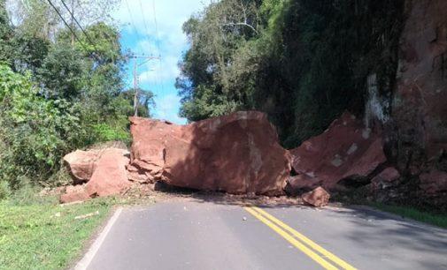 Pedras já foram retiradas, mas trânsito na rodovia permanece fechado