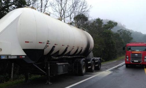 Sistema de freios de caminhão pega fogo na BR 476