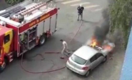 Veículo Renault fica parcialmente destruído por incêndio