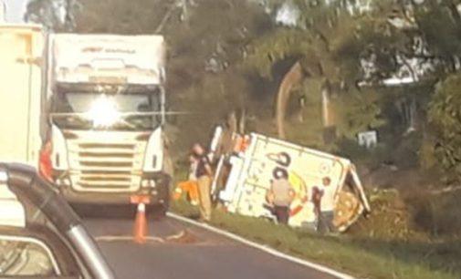 Caminhão tomba na BR 476 em União da Vitória