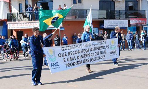 23 entidades desfilaram no desfile cívico de Cruz Machado