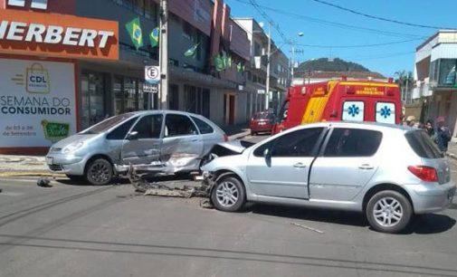 Acidente no centro de União da Vitória envolve dois veículos