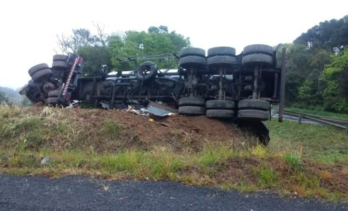 Caminhão tomba na BR 476 em Paulo Frontin