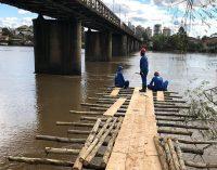 Ponte de serviço começa a ser construída no rio Iguaçu