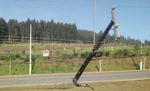 Veículo colide com poste na PR 170 em Bituruna