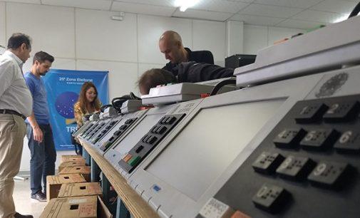 Urnas eletrônicas são configuradas para o pleito eleitoral