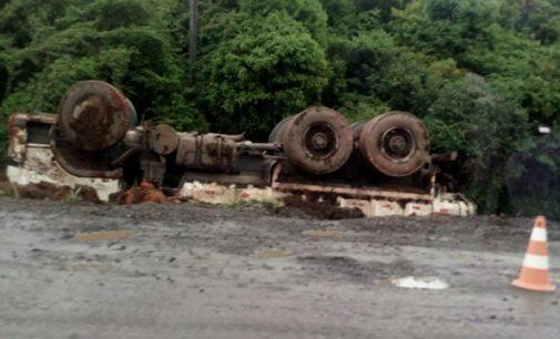 Caminhão tomba na SC 135 em Porto União